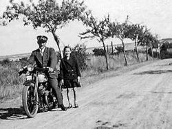 Motorradfahrer mit Tochter, 1935
