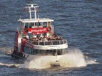 Hamburg Hafenfähre in voller fahrt