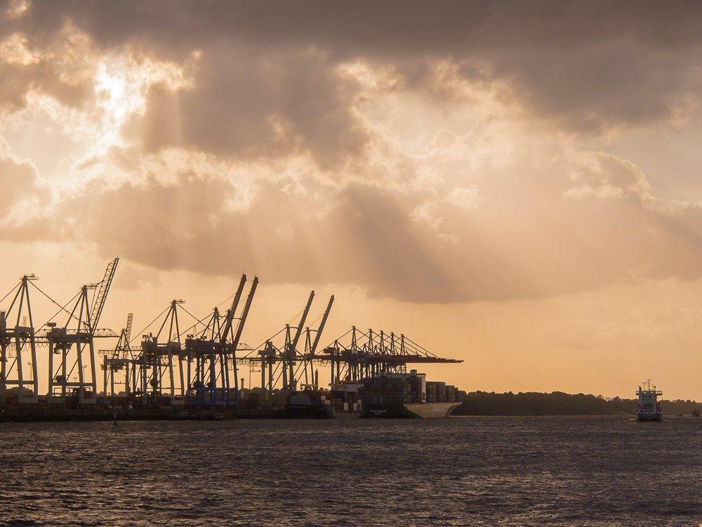 <<<lichtstimmung im Hafen Hamburg