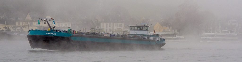 Binnenschiff im Nebel