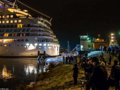 Aida Stella an der Dockschleuse in Papenburg - Eng geht es zu