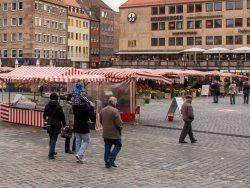 Nürnberg: Der Hauptmarkt, der Platz des Christkindlesmarktes