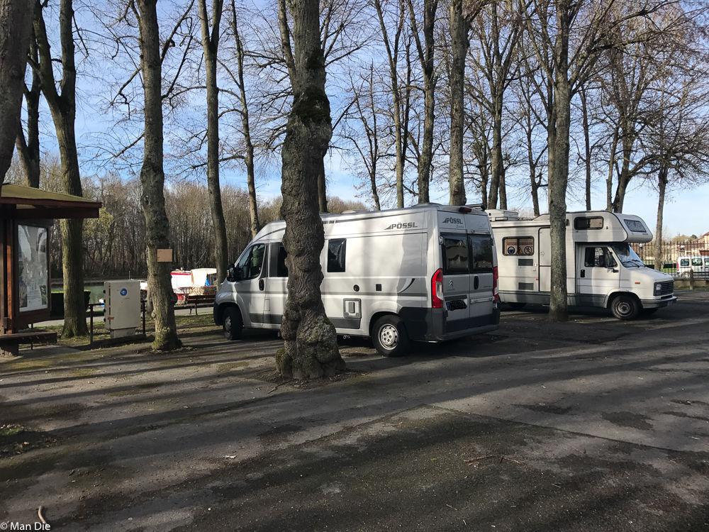 Parken zwischen den Bäumen in Mareuil-sur-Ay