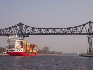 Containerschiff unter der Rendsburger Hochbrücke