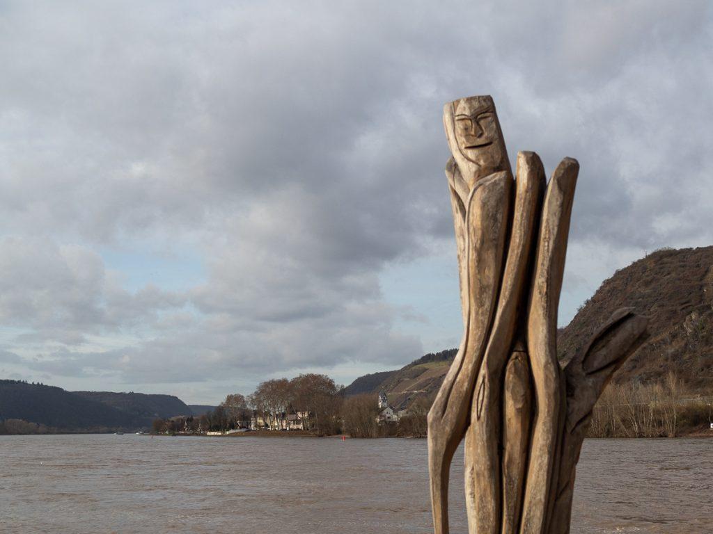 Holzplastik am Rheinufer Andernach