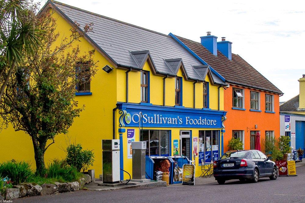 Eyeries Irland das Ortszentrum mit Tankstelle und Einkaufszentrum