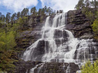 Wasserfall an der Straße