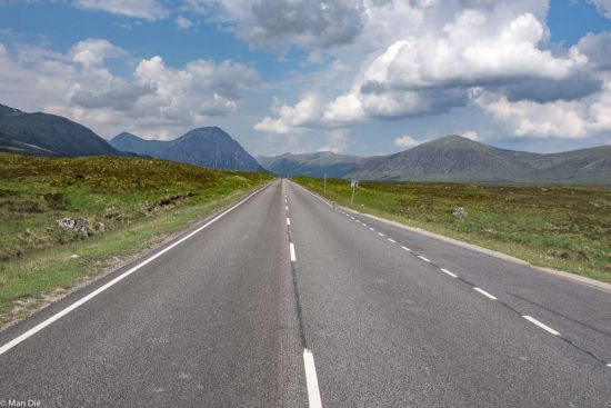 Schottland, leere Straße in den Highlands