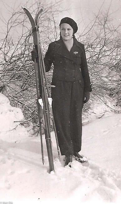 Wintersport damals, Junge Dame mit Skiern