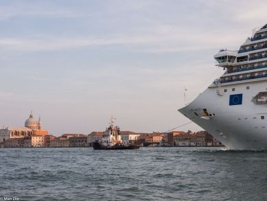 Venedig mit großem Schiff