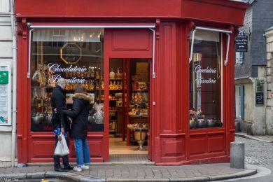 Honfleur enge Gassen mit kleinen Läden
